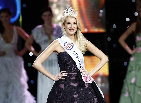 Česká Miss 2011 Jitka Nováčková, když převzala korunku.