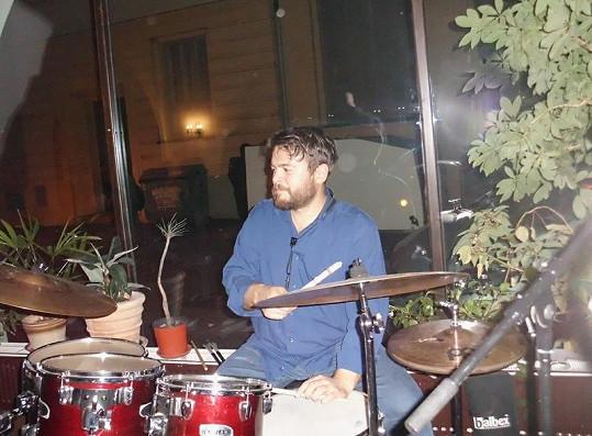 Syn Libuše Šafránkové a Josefa Abrháma válí i na bicí.