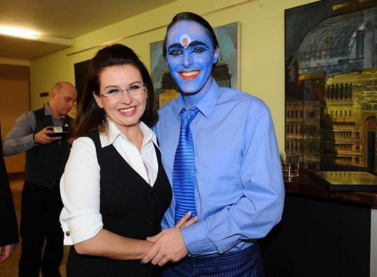 Dana Morávková se svým hereckým kolegou z divadelní hry Indická banka.