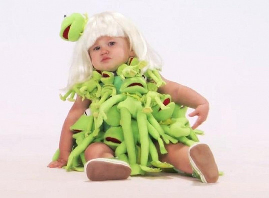 Zelený kostým pošitý mnoha plyšovými žábami.