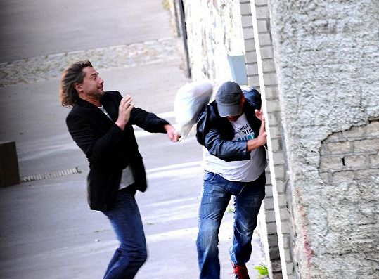 Martinovi Trnavskému vypadla při rvačce z rukou igelitka.