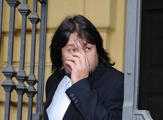Herec odcházel od soudu jako potrestaný uplakaný muž.