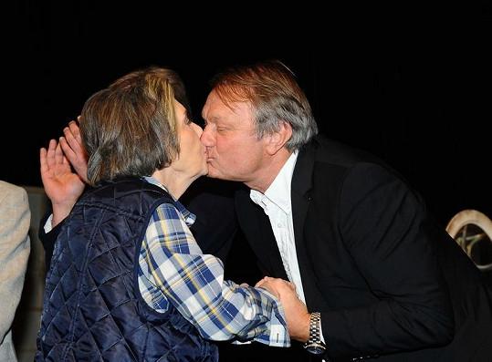 Jiřina Jirásková ve čtvrtek v pražském Divadle Bez Zábradlí oslavila osmdesáté narozeniny. Na snímku s režisérem Jiřím Adamcem.