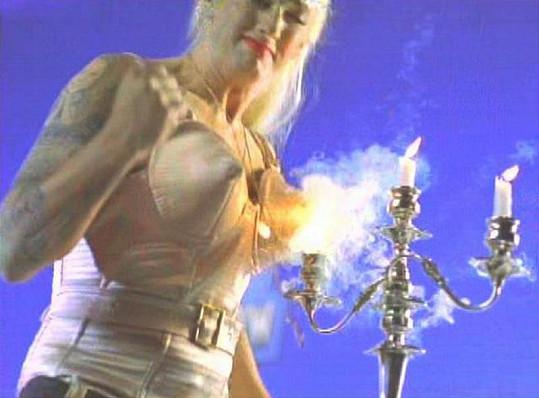 Madonnu a její slavný kostým se špičatou podprsenkou parodoval kdysi i rapper Eminem.