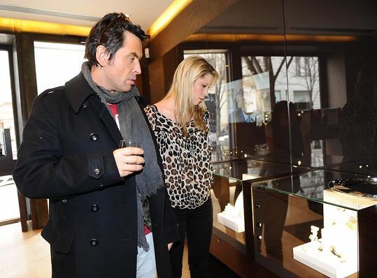 Šimonič pomáhá Chaplin s výběrem šperků u Roberto Coina.