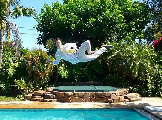 Hrát tenis při skoku do vody musí být velký adrenalin.
