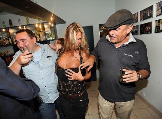 Naďa Vinecká odhalila ňadra u baru.