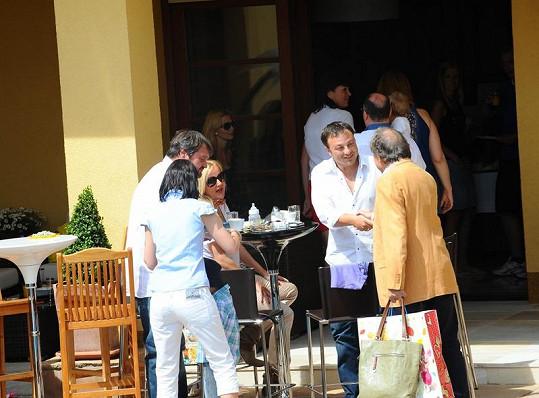 Hosté se schovávali před fotoreportéry, které pozval Michal David.