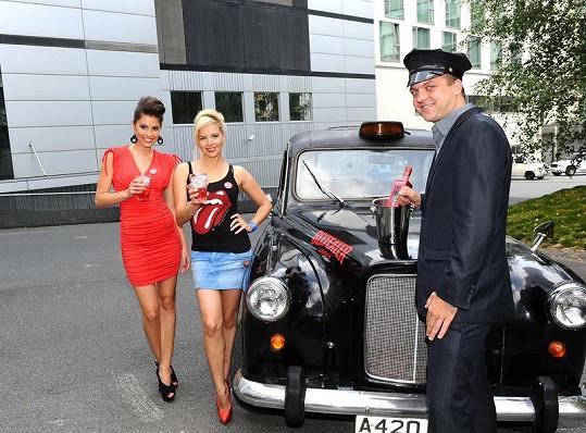 Budková a Kristelová s typickým britským pitím v typickém britském taxíku.