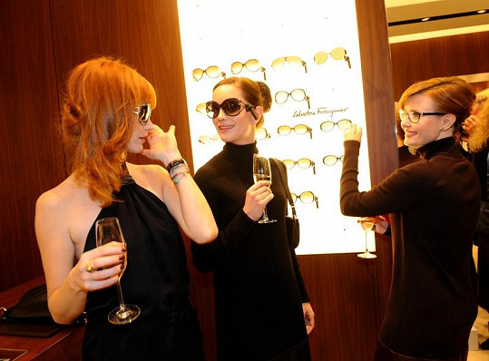 Geislerová, Vagnerová a Schneiderová dovádí u slunečních brýlí.