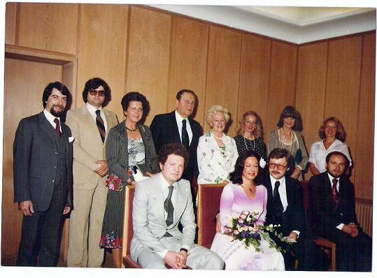 Na svatbě Yvonne v Německu před lety nechyběl ani Karel Svoboda (druhý zleva).