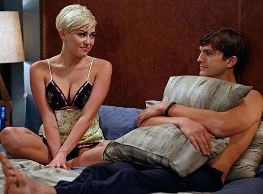 Miley jen ve spodním prádle vedle Ashtona Kutchera.
