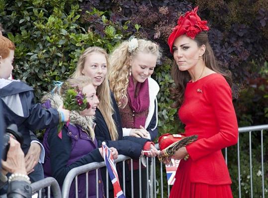 Kate přišla pozdravit své blonďaté krajanky, které přihlížely velké slávě.