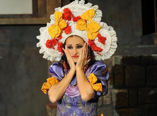 V roli se zpěvačka bude střídat s Martou Jandovou.