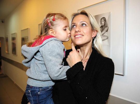 Dcera Emily mamince dávala pusinku na bebíčko.