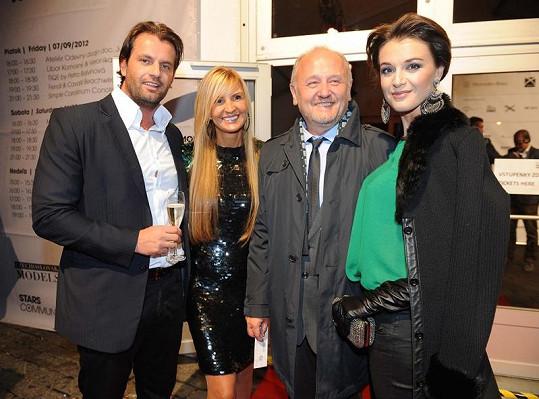 Tamara Kotvalová s přítelem Romanem Hajabáčem a Ivou Kubelkovou a jejím partnerem. Přijeli nejen na přehlídku, ale i na oslavu Tamařiných narozenin.