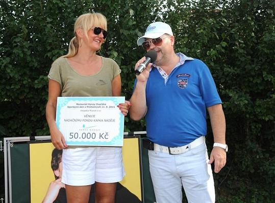 Vendula Svobodová na akci převzala od Michala Davida šek pro Kapku naděje.