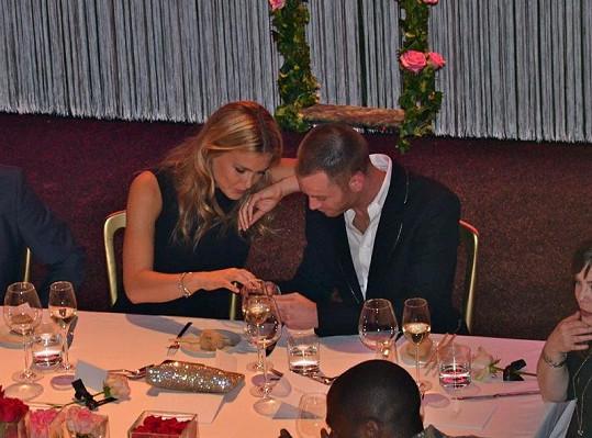 Důvěrné povídání u večeře probíhalo mezi touto dvojicí téměř po celou dobu slavnostní večeře.