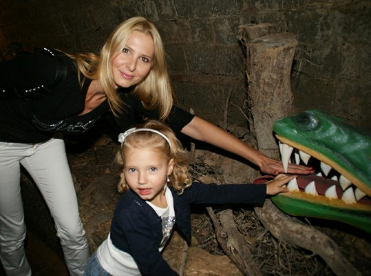 Ivana Gottová s dcerou Nelly nebojácně strčily ruce do dračí tlamy.