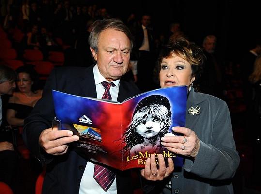 Jiřina Bohdalová s Jiřím Adamcem studují program.