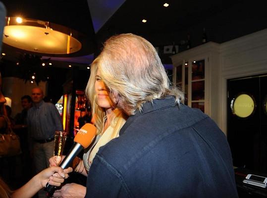 Když dělala Leona rozhovor, Bořek ji letmo políbil do vlasů.