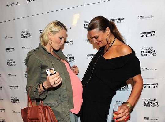 Mahulena Bočanová si kontrolovala, zda nepřibrala do velikosti těhotné Simony Krainové.