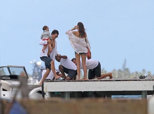 Asistenti pomáhali herci a modelce dostat se ze člunu bezpečně na molo.