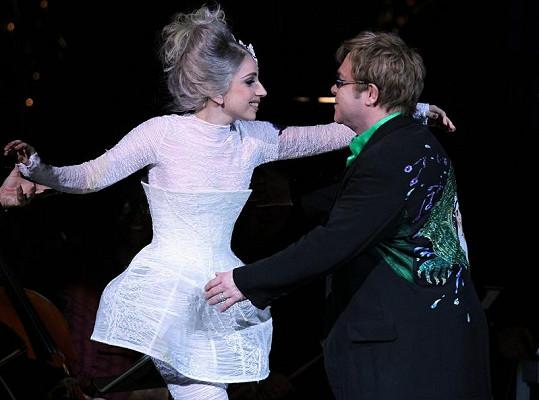 Elton John si o svou přítelkyni Lady Gaga dělá starosti.
