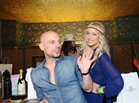 Filip s Kateřinou Mátlovou a hromadou dárků.