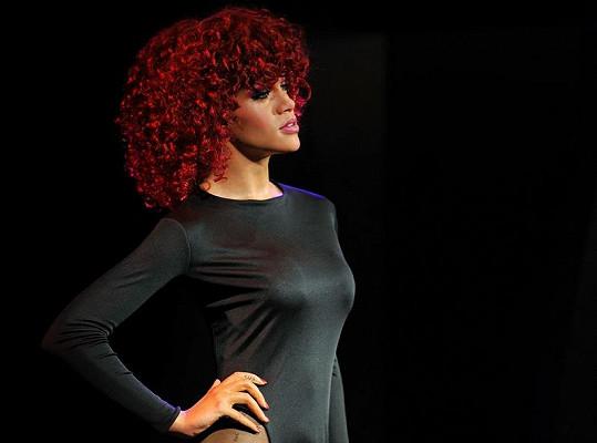 Rihanna ve verzi s kudrnatými vlasy nemá chybu.