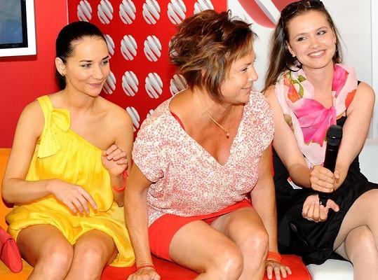 Ilona se svými hereckými kolegyněmi.