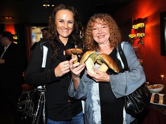 Linda Finková s maminkou Lídou Nopovou přinesly oslavenkyni houby.