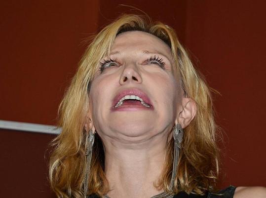 Courtney Love chvílemi vypadala, jako kdyby požila nějaké drogy.