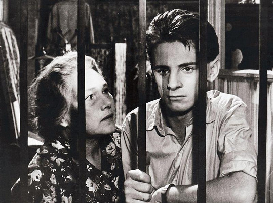 S Jiřinou Šejbalovou ve filmu Romeo, Julie a tma (1959)