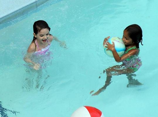 Suri dováděla ve vodě s kamarádkou.