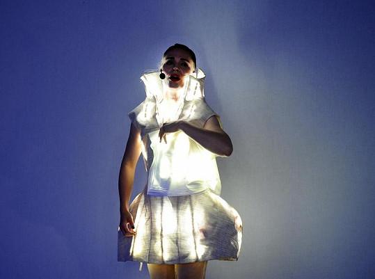 Kateřina Winterová v šatech, které svítí.