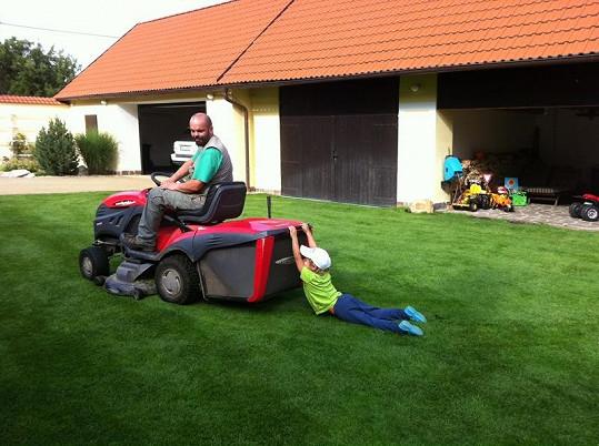 Když Jakub nemá k dispozici auto, vozí se za sekačkou na trávu.