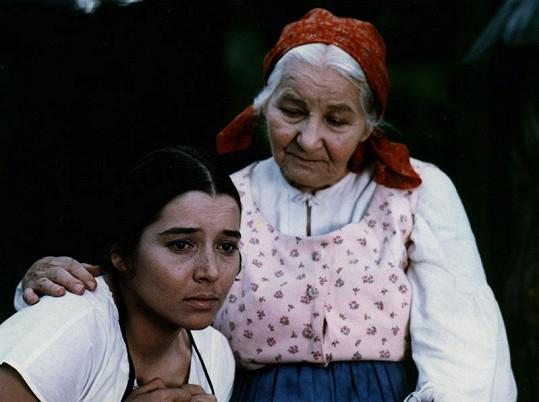 Libuše ve své nejslavnější filmové roli Viktorky. Na snímku s Jarmilou Kurandovou, která si zahrála babičku.