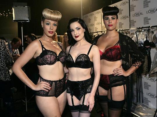 """Dita Von Teese (uprostřed) a modelky """"krev a mlíko""""."""