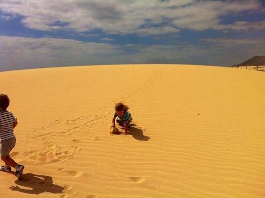 V písečných dunách se chlapcům evidentně zalíbilo.
