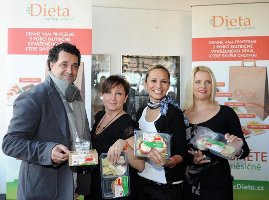 Bára Basiková s Martinem Dejdarem, Monikou Absolonovou a Kateřinou Kristelovou.