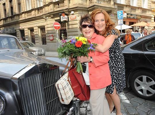 14.00 - Simona s maminkou Jiřinou Bohdalovou na oslavě jejích narozenin.