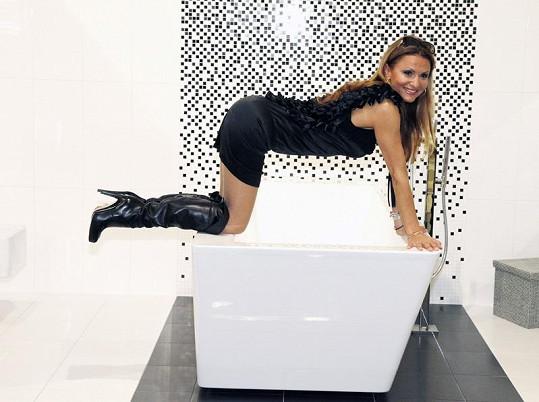 Yvetta Blanarovičová se v koupelnovém showroomu nechala fotografy přemluvit k neuvěřitelně krkolomným pózám.