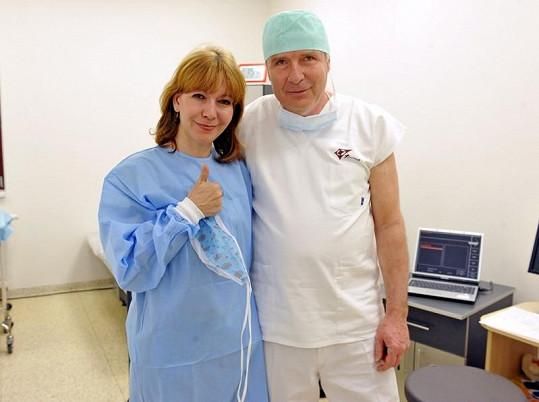 Michaela Dolinová s operatérem, který jí navrátil špičkový zrak.