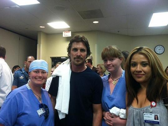Christian Bale v nemocnici, kde leží oběti střelby.