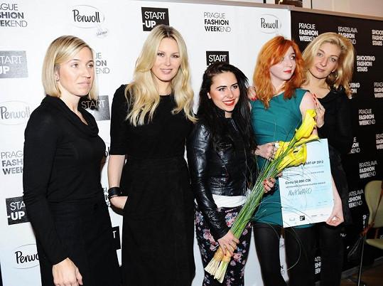 Simona předala ceny designerské dvojici Awkward - Lucii Jelínkové a Monice Novákové.