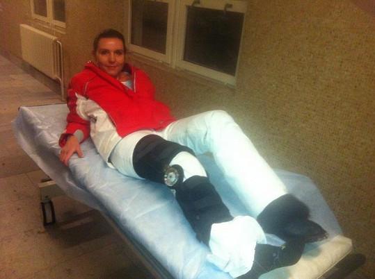 Martina s nohou v ortéze před operací.