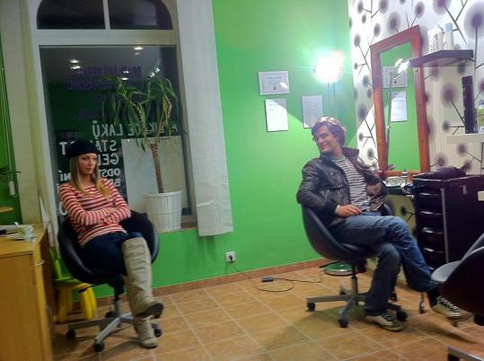 Benešová a Kraus čekají v kadeřnictví, než upraví vlasy dabéra.