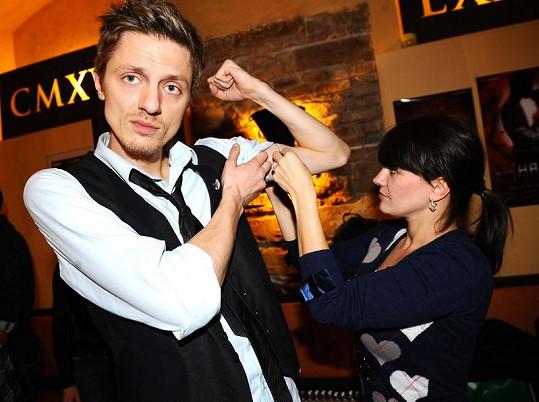 Ondřej Ruml a Marta Jandová, která mu změřila biceps