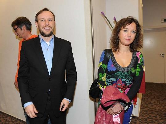 Marek Lehečka s neznámou brunetkou na párty.